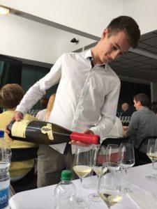 Du skal ikke hælde så meget i glasset for at få et indtryk af vinen. Halvanden mundfuld er rigeligt. Du skal jo alligevel spytte ud, og der er som oftest en vin mere på vej.