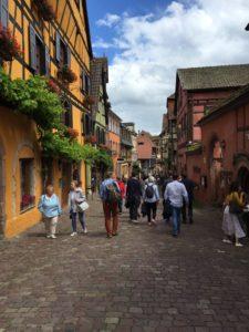 Alsace – vinturistens ferieparadis Byerne i Alsace er som at træde et stort skridt tilbage i historien med brolagte, smalle gader og bindingsværkshuse. Her Ricquewihr.