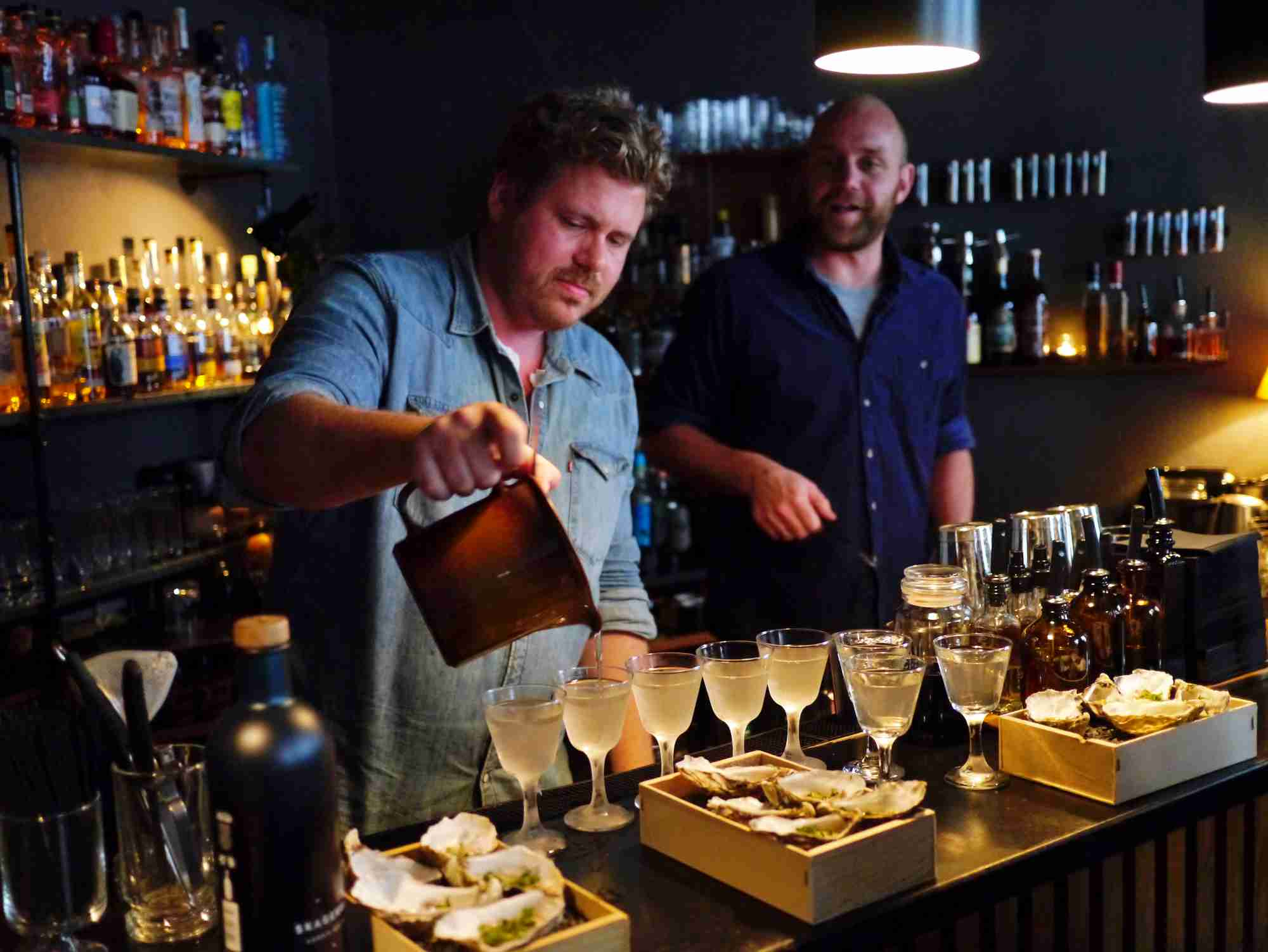 Skagerrak Gin er udviklet i samarbejde med nogle af Nordens bedste bartendere. Fra Danmark er det Kasper Riewe og Rasmus Poulsgaard fra cocktailbaren Duck and Cover i København, der har givet deres faglige vurdering.