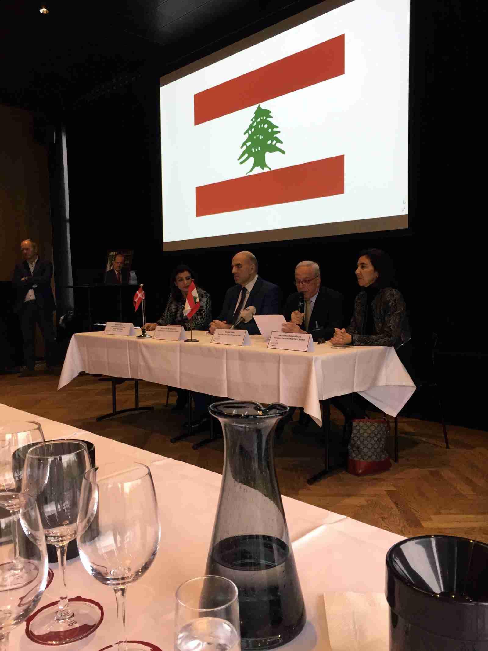 Om de kan lave vin i Libanon. At de libanesiske vinproducenter er stolte af både deres land og vine, er ingen underdrivelse. Smagningen blev indledt med nationalhymne og flere højtidelige taler.
